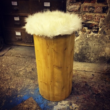 POOF / PIN WOOD AND CHEEP SKIN / 55CM / 220 EU